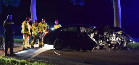 Auto raakt van de weg en klapt tegen boom, bestuurder gewond