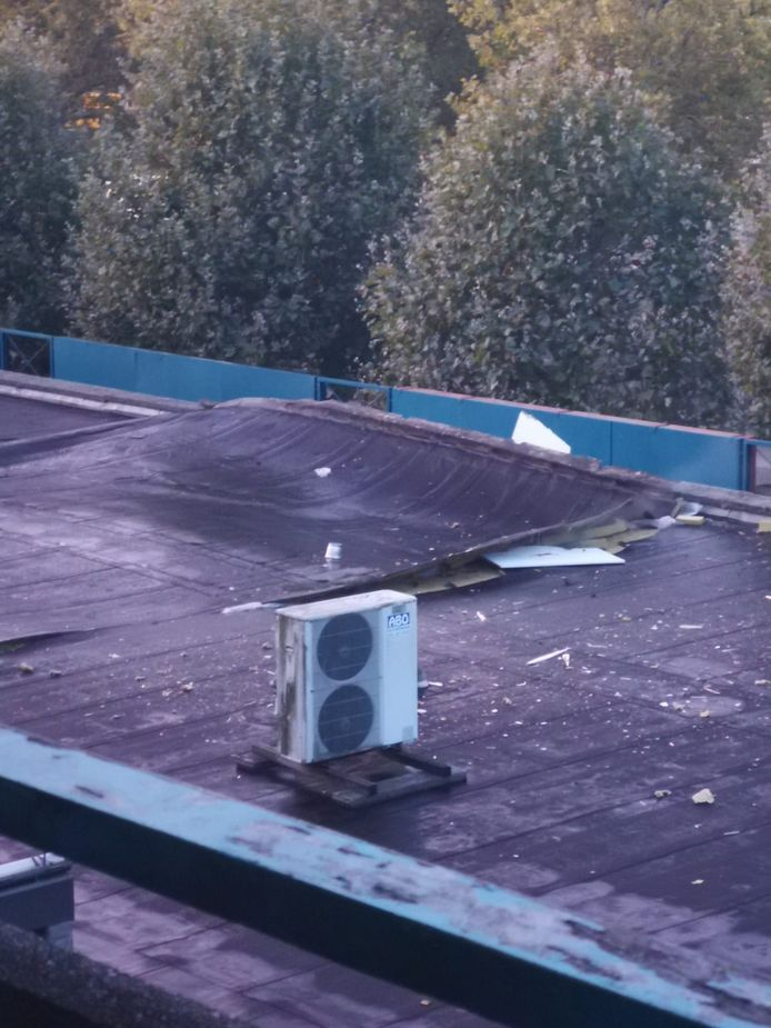 Het dak boven de geldautomaat is flink beschadigd.