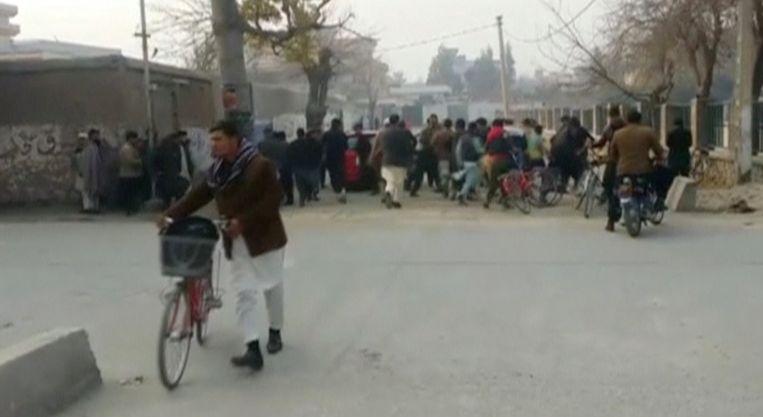 Mensen rennen weg van de plek van de ontploffing.