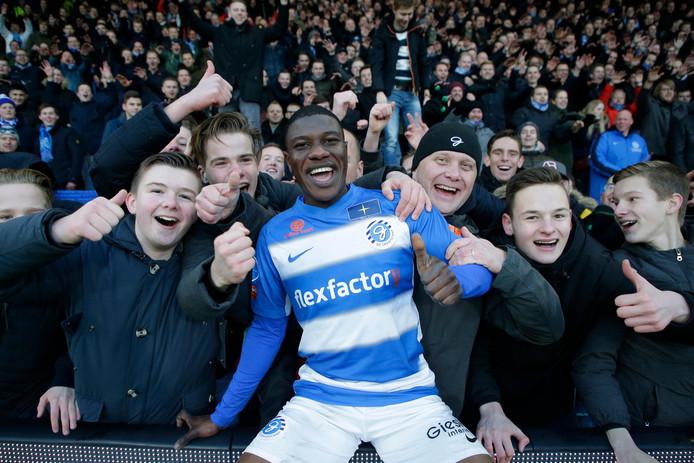 Azor Matusiwa viert de thuiszege op Fortuna Sittard (5-1) met supporters van De Graafschap.