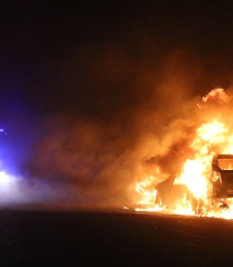 Meerdere auto's gaan in vlammen op