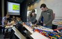 Zo'n vijftig eerstejaars bouwkundestudenten testen hun constructieve kennis door bruggen van Lego-stenen te bouwen.(archieffoto)