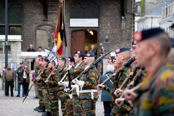 De soldaten hadden veel bekijks op de Grote Markt.