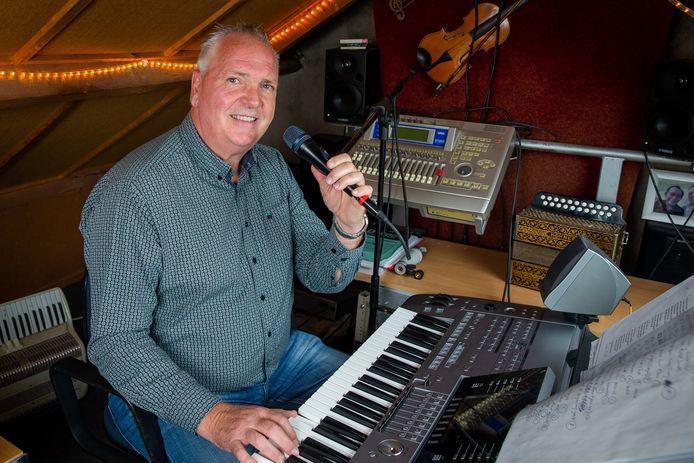 Jack Vermeulen achter de keyboard in zijn studio op zolder.
