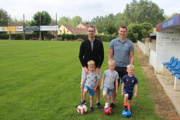 Initiatiefnemers Andy en Yannick met zonen Eden, Miel en toekomstig ploeggenoot Ruben De Knijf.