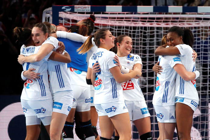 Vreugde bij de speelsters van Frankrijk, die het zondag in de finale gaan opnemen tegen Rusland.
