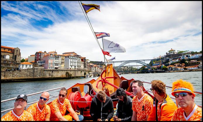 Nederlandse fans genieten op Douro van een heerlijk tochtje op het water in de Portugese middagzon.