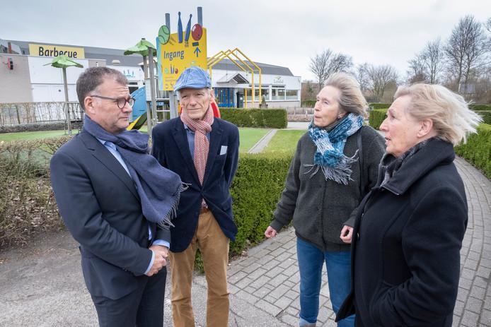 Hans Neijman (links)  in gesprek met Floor van Rees, Marianne van Damme en  Els Nijenhuis van badmintonvereniging De Westhoek.