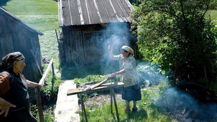 Vrouwen in Hongarije wassen kleren. Typisch vrouwenwerk, vinden sommige partnerorganisaties. © EPA Beeld