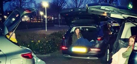 Vriendinnen kletsen bij tijdens 'kofferbakdate' op anderhalve meter afstand