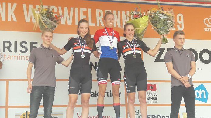 Femke Gerritse in de kampioenstrui geflankeerd door Ilse Pluimers (links) en Sophie van Rooijen.