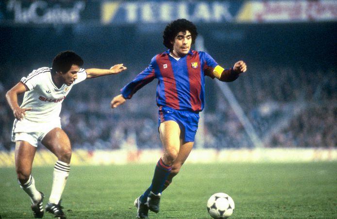 Diego Maradona als speler van FC Barcelona in 1983, toen hij 23 was, dezelfde leeftijd als Max Verstappen nu heeft.