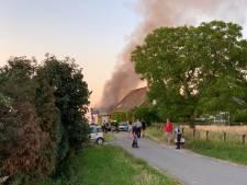 Schuur over de grens bij 's Heerenberg staat in brand