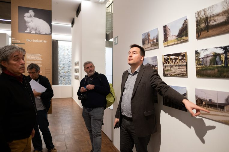 Christophe Busch licht de tentoonstelling Auschwitz.camp toe.