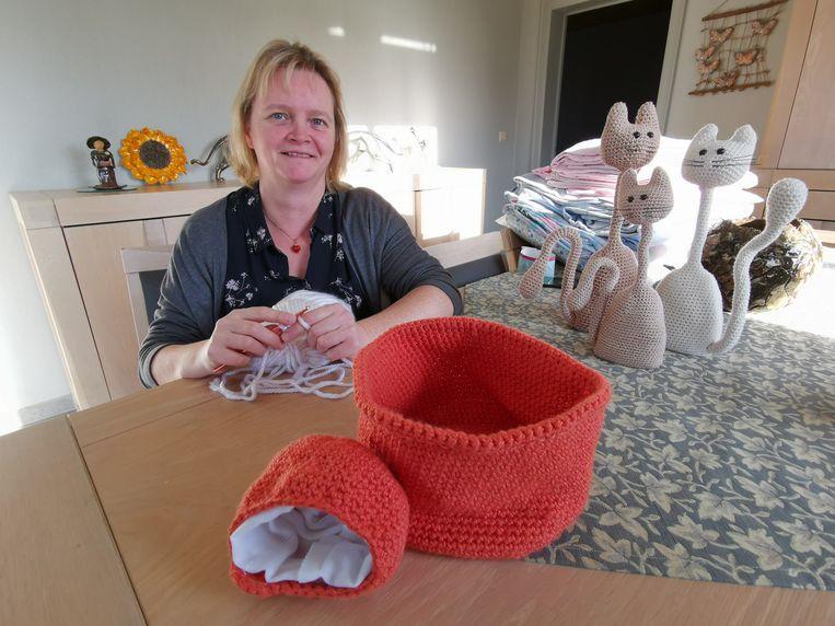 Ann Huyghe uit Hooglede haakt mandjes voor Australische weesdieren.