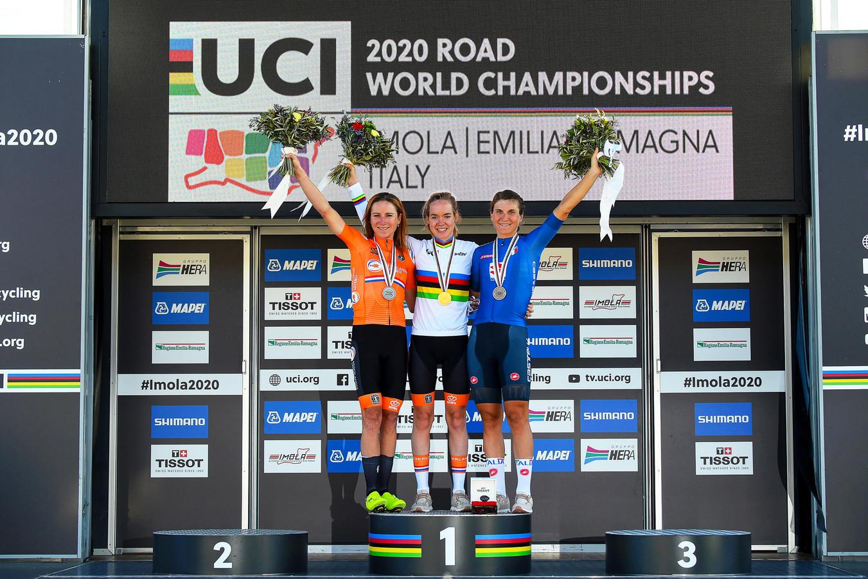 Op Imola kleurde het podium weer oranje: Anna van der Breggen (m) en Annemiek van Vleuten (l) stralen naast nummer 3 Elisa Longo Borghini.