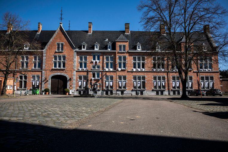 Een speciaal beeld, het gebouw hangt vol met witte doeken.