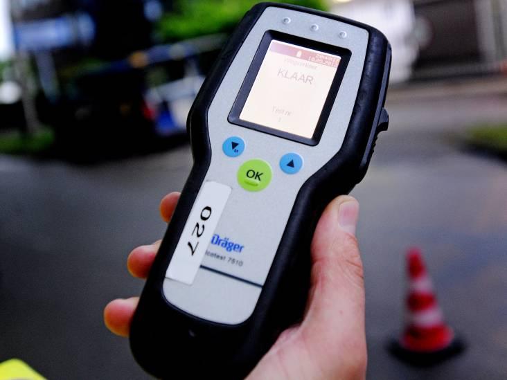 Vraag voor politierechter: Wie reed er nou met 'n slok op zónder rijbewijs in de sloot?