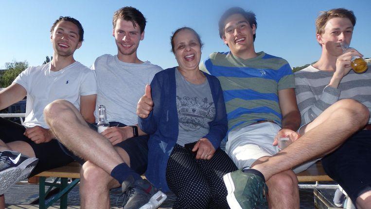 Fatima van Boven en vier van haar vele zonen: Lucas Bollen, Jan Pieter Beltman, Jim Meliezer en Marijn Swaak. 'Een kalfskroketje. Van de Febo. Er is niks lekkerders' Beeld Schuim