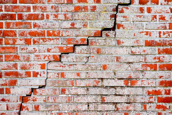 Funderingsproblemen worden veelal zichtbaar door scheuren in de muren.