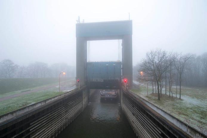 Na anderhalf week wachten was containerschip Cornelis-R zondagochtend om 9.00 uur de eerste.