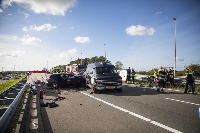 Bij een ongeluk op de A200 bij Halfweg zijn twee personen om het leven gekomen.