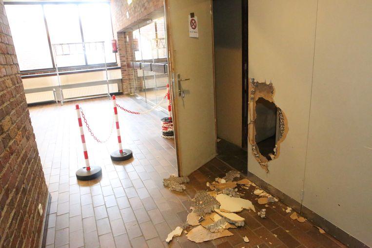 De daders maakten een gat in een muur op het slot van de deur te kunnen openen