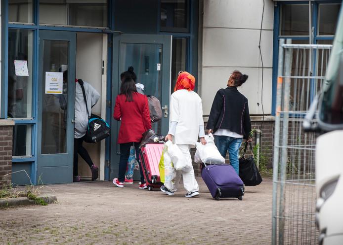 Bijna een maand terug arriveerden de eerste vluchtelingen bij de noodopvang aan de Getfertsingel