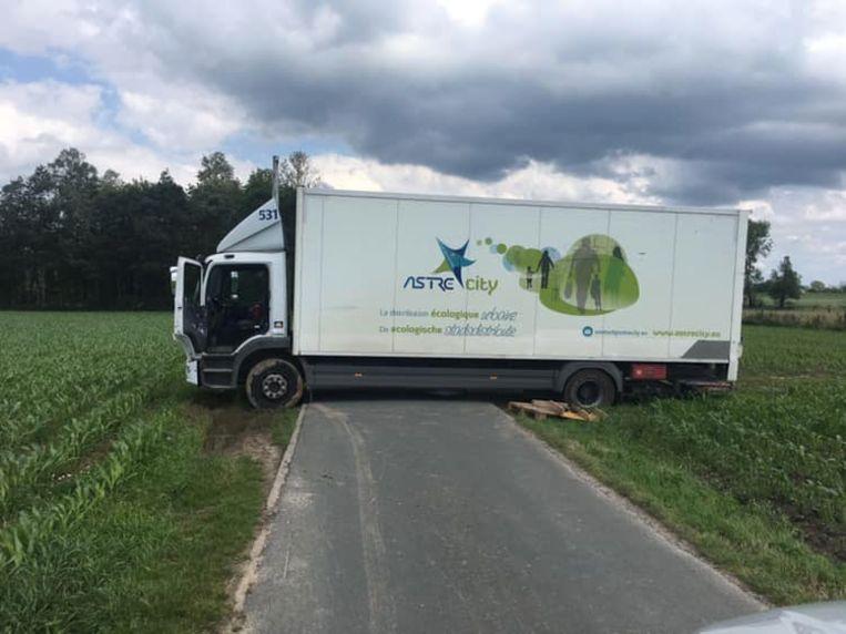 De chauffeur kwam met zijn vrachtwagen vast te zitten in het kouterbaantje.