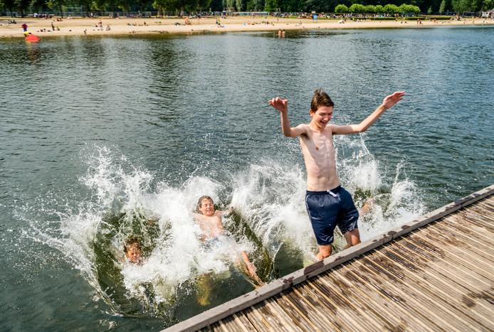 Zwemmers in de Kralingse Plas hoefden zich geen zorgen te maken, maar nu heeft de Omgevingsdienst toch weer een waarschuwing afgegeven. Het risico bestaat dat zwemmers een duik moeten bekopen met jeuk en bulten.