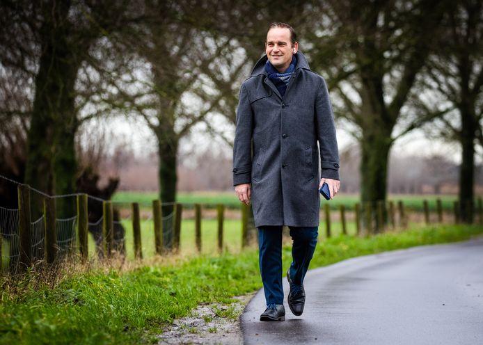 Burgemeester Bram van Hemmen wandelt elke werkdag een rondje Sint-Anthoniepolder tijdens de lockdown.