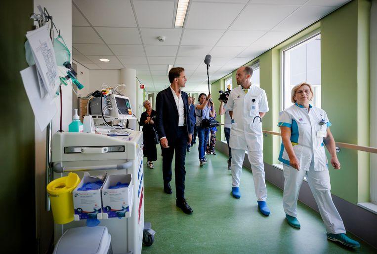 Minister-president Mark Rutte op de intensive care-afdeling in ziekenhuis Bernhoven in Uden. Dat ziekenhuis  werd extreem hard geraakt tijdens de eerste golf. Beeld Hollandse Hoogte /  ANP