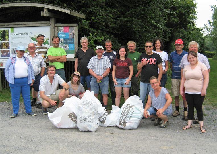 Medewerkers van het Agentschap Natuur en Bos, buurtbeheerders en vrijwilligers van Tordale staken samen de handen uit de mouwen in de Huwynsbossen