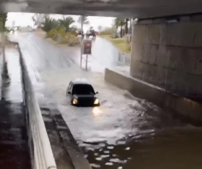 Le conducteur et sa passagère n'ont pas pu aller bien loin.