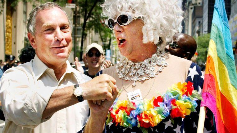 Gilbert Baker, rechts, met voormalig burgemeester van New York, Michael Bloomberg, tijdens de Gay Pride in New York in 2002. Beeld reuters