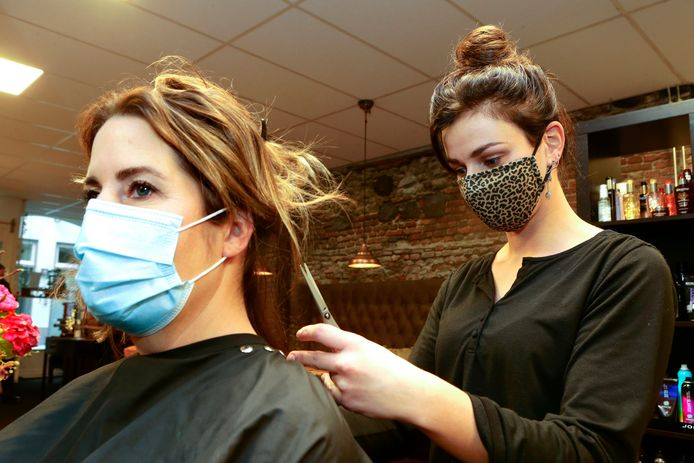 Ook bij de kappers, zoals The Art of Hair in Gorinchem, is het dragen van een mondkapje vanaf dinsdag verplicht.