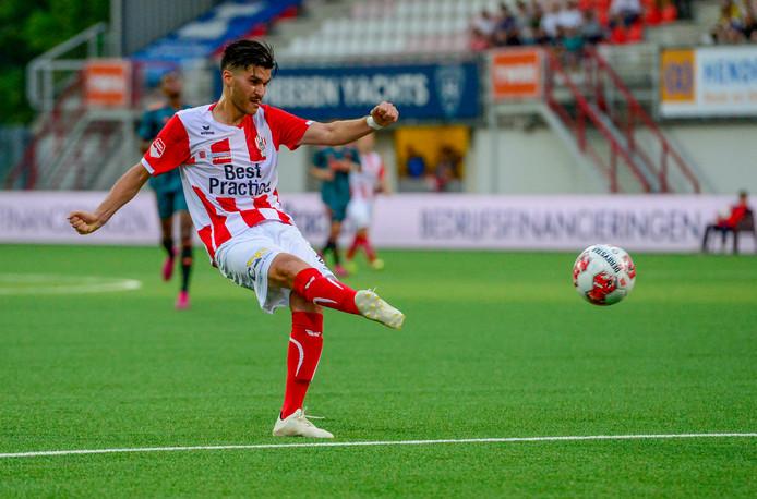 Cihat Çelik schiet onbedreigd de 1-0 binnen voor TOP Oss.
