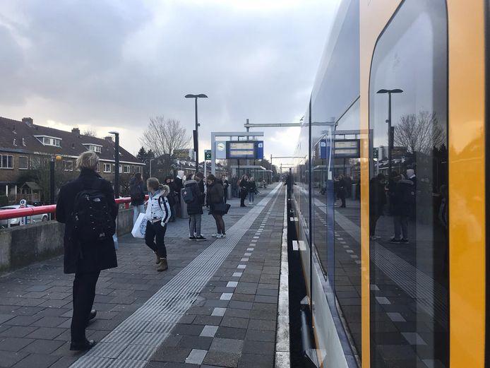 Treinreizigers in de richting van Amersfoort stappen uit bij Utrecht Overvecht. Wegens een defecte trein bij Den Dolder kunnen zij hun reis voorlopig niet vervolgen.