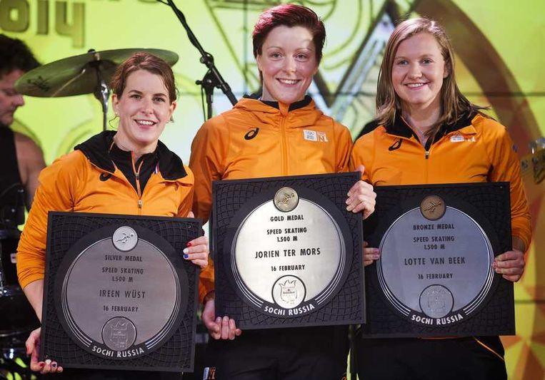 Ireen Wüst (zilver, links), Jorien ter Mors (goud, midden) en Lotte van Beek (rechts, brons) gisteren tijdens de huldiging in het Holland Heineken House Beeld anp