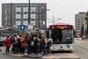 Drukte bij de bus die langs de Radboud Universiteit en HAN rijdt (archieffoto).