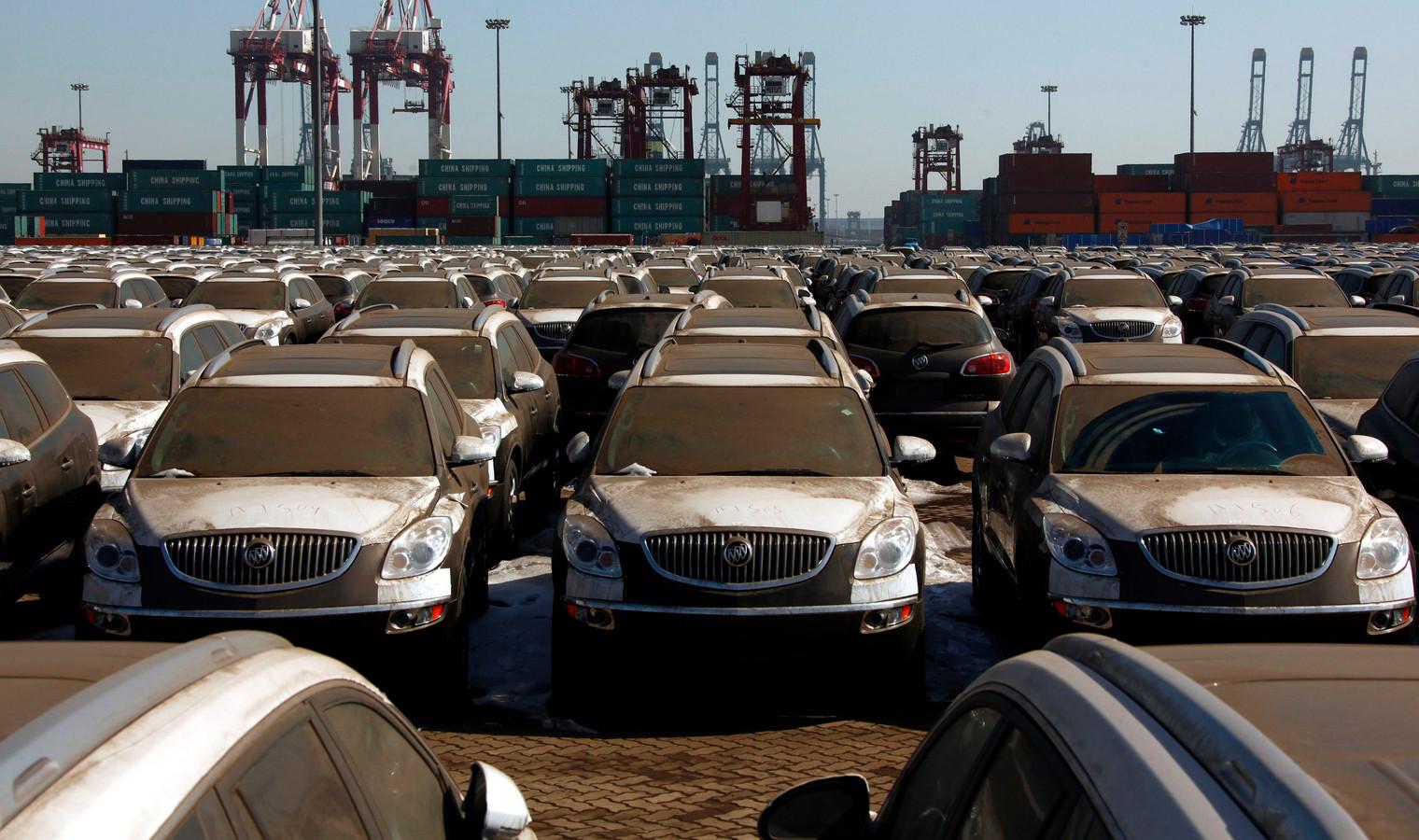 Bestofte Amerikaanse auto's op de kade van de Chinese kustplaats Tianjin.