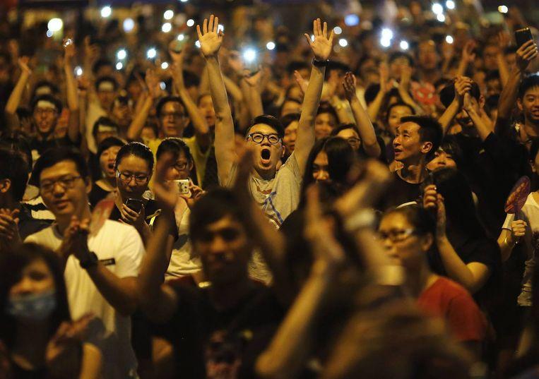 Demonstranten bij een toespraak van Joshua Wong, aanvoerder van het studentenprotest, in Hong Kong. Beeld reuters