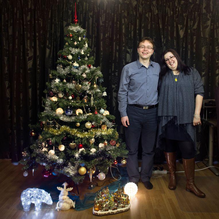Paulius Kaveckis (29 jaar, uit Litouwen) en Livia Belascu (31 jaar, uit Roemenië) laten hun boom zeker nog staan tot 17 februari, de verjaardag van Livia. Beeld Joost van den Broek