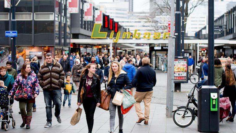 Winkelend publiek in het centrum van Utrecht. Beeld anp