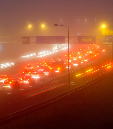 Mist en pakjesavond zorgen voor drukke avondspits: 800 kilometer file