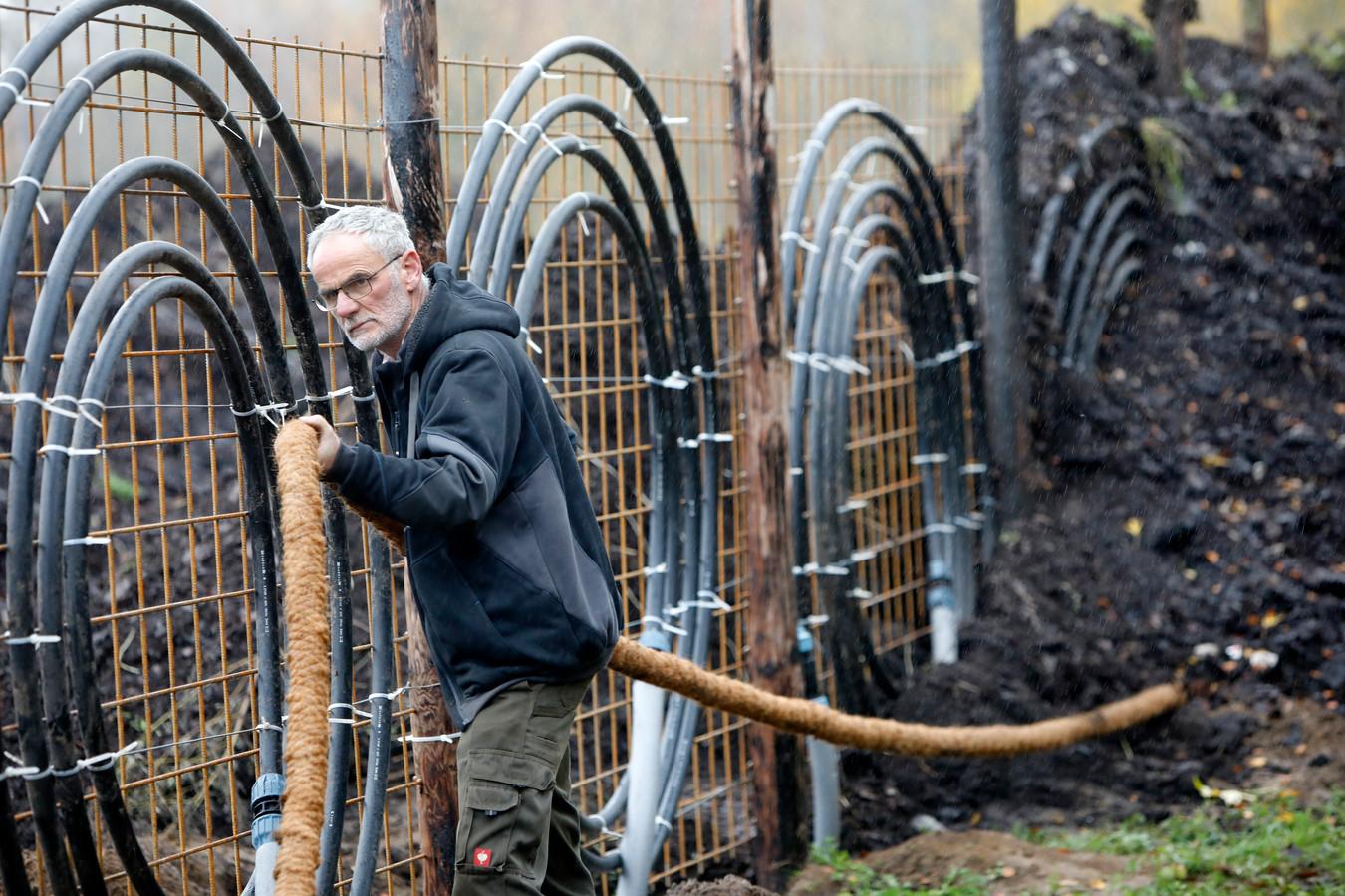 Jan Huiberts haalt energie uit composterende herfstbladeren.