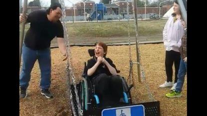 De hartverwarmende lach van een kind dat voor het eerst een rolstoelschommel uitprobeert