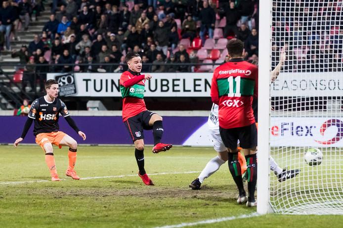 NEC-speler Calvin Verdonk (midden) scoort de 2-0.