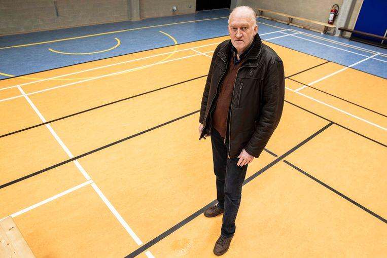 Schepen van Openbare Werken Matty Coninx bij het lek in de sporthal aan het Jachthoornplein.
