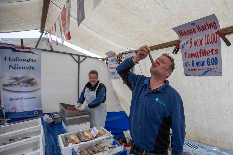 Vishandelaar Arthur Koelewijn proeft nieuwe haring op markt Winkelcentrum Woensel in Eindhoven.